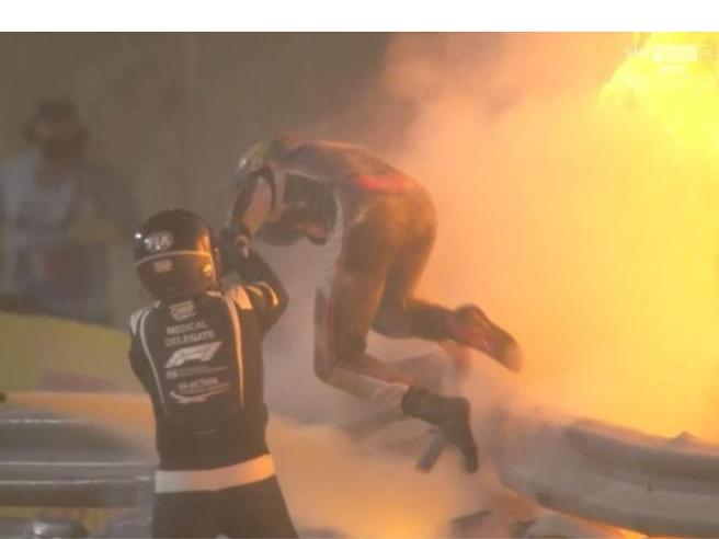 F1, incidente per Grosjean al Gp Bahrein: l'auto incendiata- Corriere.it
