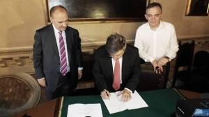 Il ministro alla firma