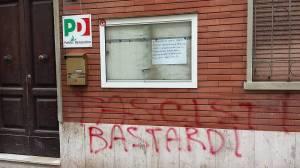la scritta offensiva sul muro della Federazione PD