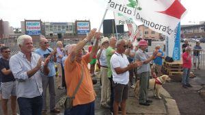 i militanti sulla banchina del porto