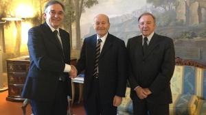Enrico Rossi stringe la mano a Issad Rebrab