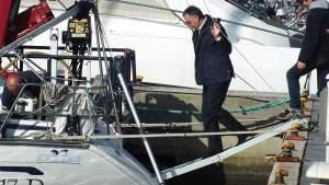 Enrico Rossi monta sull'imbarcazione