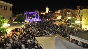 la piazza piena per il concerto