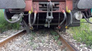 un dettaglio dell'ultimo vagone deragliato
