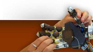 una mano robotica