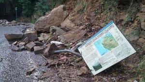 un cartello distrutto della Parchi