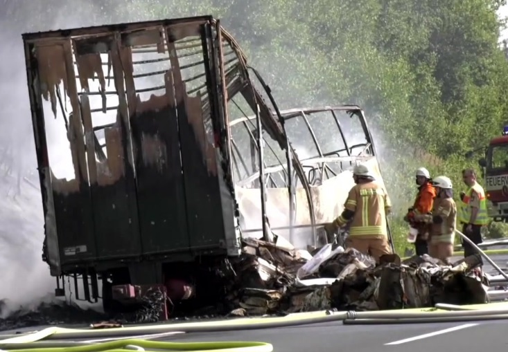 incidente germania autobus bus camion scontro incendio morti