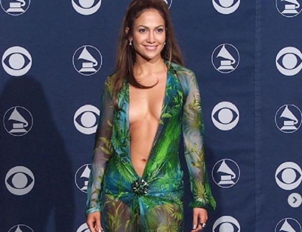 Jennifer Lopez torna in jungle dress dopo 20 anni ed è ancora splendida: l'attrice e cantante ha messo in mostra un fisico statuario sfilando per Versace