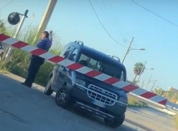 """Fermate quel treno: un """"regionale"""" spazza via auto sui binari (VIDEO)"""