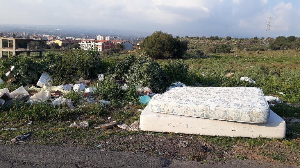 Paternò, discariche e 'varietà' di rifiuti in periferia: l'inciviltà ormai è la regola