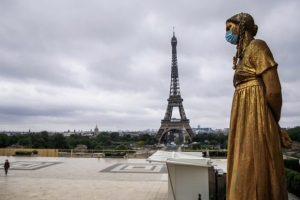 Francia, a Parigi dopo 3 mesi riapre la Torre Eiffel: si sale a piedi e con la mascherina