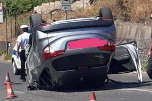 Ragalna, Suv sbatte contro un muro e si capovolge: illesa la guidatrice