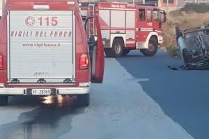 Paternò, in via Messina auto urta marciapiede e si capovolge: ferite due donne e una bambina
