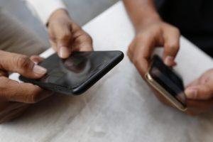 Truffa al telefono: sfioravi lo schermo e attivavi il servizio. Ecco i tre metodi smascherati dalla GdF