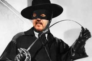 Paternò, la bufera dentro Fratelli d'Italia e la maschera di Zorro: l'identità intermittente dei partiti di maggioranza