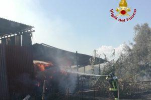 Paternò, in fiamme fienile di un'azienda agricola di contrada Cafaro: da chiarire le cause