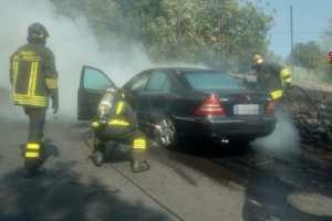 Ragalna, a fuoco una Mercedes in via Canfarella: nessun danno alle persone