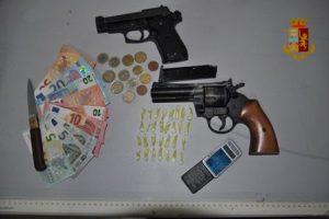 Adrano, 29enne arrestato per spaccio e porto illegale d'arma da taglio: in casa 29 dosi di cocaina e bilancino