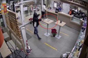 Catania, due rapinatori assaltano con pistola e martello un rifornimento: la Polizia li arresta subito dopo (VIDEO)