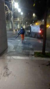 Catania, Comune ripulisce le strade dopo la pioggia di cenere: circolazione vietata ai mezzi a due ruote