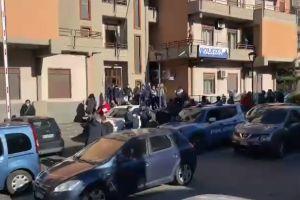 'Adrano libera', l'uscita degli arrestati dal Commissariato (VIDEO)