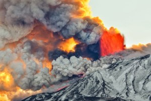 Etna, esaurita la fase parossistica n.13: colata lavica verso Valle del Bove