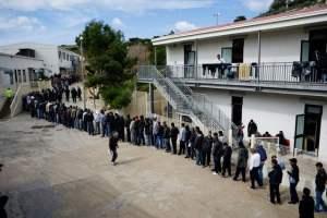 Migranti, in 850 lasciano l'hotspot dopo i maxi arrivi: si svuota la struttura prima di nuovi sbarchi