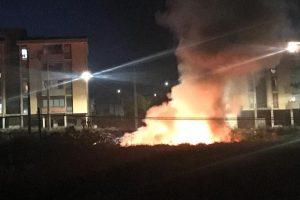 Adrano, con accendino e rotolo di carta ha appiccato incendio in via IV Novembre e davanti alla scuola 'Giuffrida': denunciato 23enne