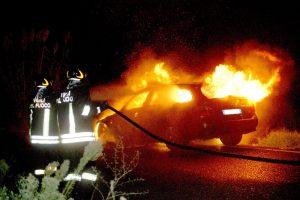 Adrano, incendia auto sotto lo 'sguardo' della videosorveglianza: denunciato 31enne
