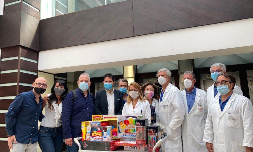 """Catania, gli """"Sprizzati"""" di Antenna Uno portano i giocattoli ai piccoli degenti del 'Garibaldi Nesima': con loro l'on. Galvagno"""