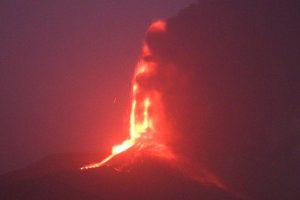 Etna, la fontana di lava dura 30 minuti: nella notte altro fenomeno parossistico