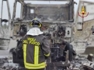 Catania, automotrice in fiamme sulla zona industriale: rogo spento dopo avere sganciato il rimorchio