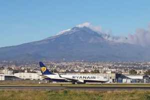 Etna, la cenere blocca l'aeroporto: in corso le operazioni di pulizia