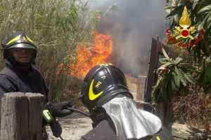 Nel Catanese un'altra giornata di fuoco: a Motta S. Anastasia salvato albergo in fiamme