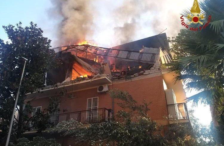 Roma, crolla palazzina dopo esplosione: forse è una fuga di gas