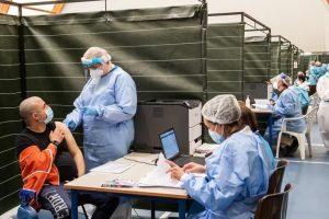 Covid: via libera a terza dose vaccino per 80enni, Rsa e 'fragili'. Tasso positività scende all'1%