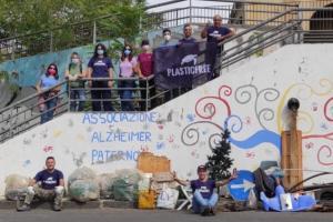 Paternò, i volontari di Plastic Free ripuliscono il piazzale davanti a Casa Coniglio: raccolti 83 kg di rifiuti