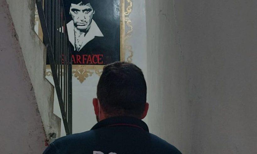 Catania, dipinti e quadri di Scarface in casa del 34enne arrestato per spaccio di droga: i 4 figli minori non vanno a scuola