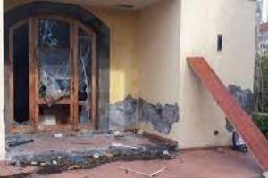 Paternò, dopo la devastazione a Casa Coniglio mettono i cancelli: le incursioni lo hanno reso un rudere