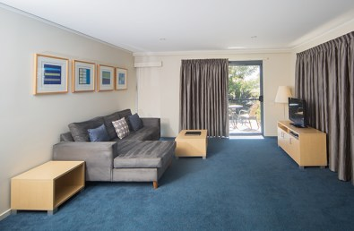 loungeroom-one-bedroom-accommodation-poolview