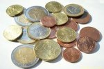 Pièces de monnaies de 1 et 2 euros avec aussi des pièces de 1, 2 et 5 centimes rassemblées en tas.