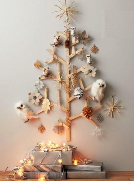 albero di natale costruito con strisce di legno incollate tra loro