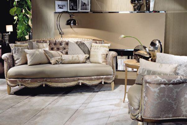 divano con rivestimento in seta