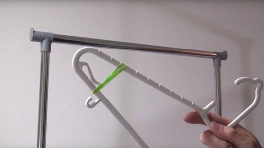 Riorganizza l'armadiola soluzione per fermare le maniche dei vestiti sugli appendini