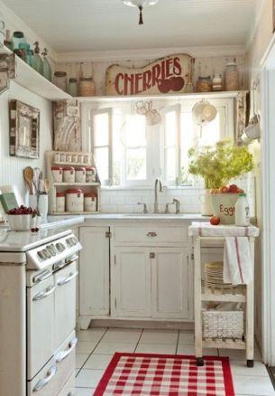 Arredi in legno grezzo e verniciato per la cucina