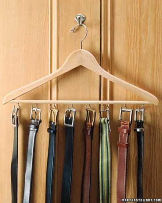 Riorganizza l'armadiola soluzione per organizzare le cinture sugli appendini