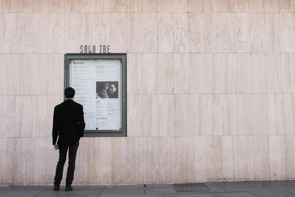 Facciata in marmo con affissi gli spettacoli in programma al cinema