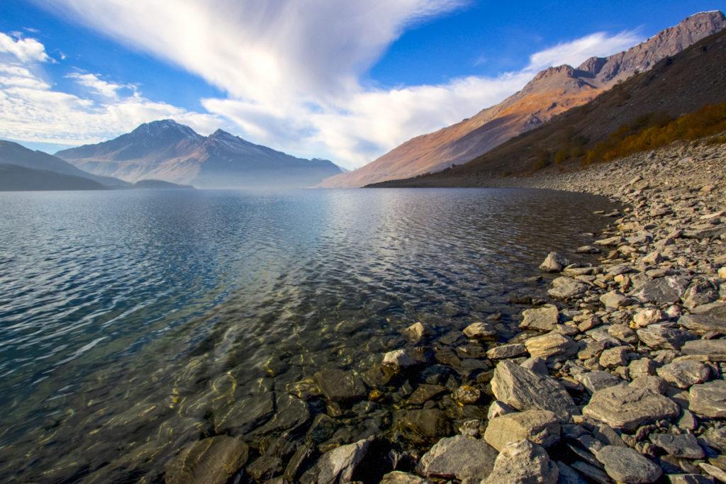 Vista panoramica della riva pietrosa di un lago di montagna