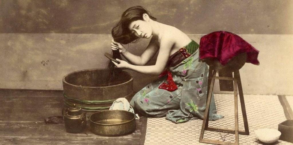 felice Beato donna che lava i capelli