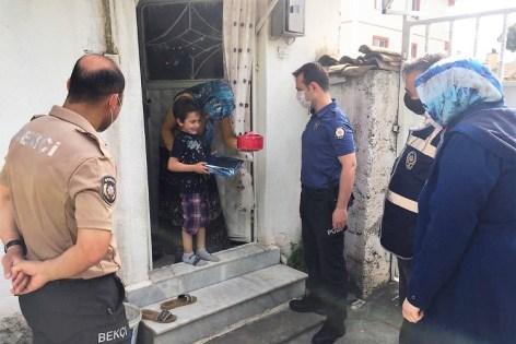 POLİSLERDEN SÜRPRİZ DOĞUM GÜNÜ